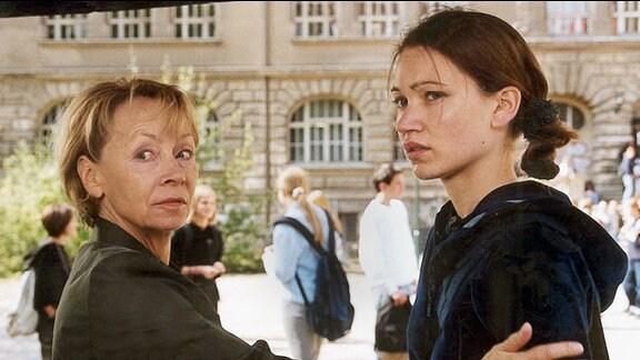 Ermittlungen auf dem Schulhof: Wanda Rosenbaum (Jutta Hoffmann) befragt Jana (Lisa Maria Potthoff) vor den Augen der Mitschüler.