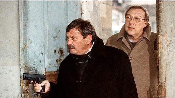 Schmücke (Jaecki Schwarz) und Schneider (Wolfgang Winkler, li.).