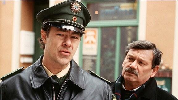 Polizeihauptmeister Thomas Schweizer (Sven Martinek, li.) mit Hauptkommissar Schneider (Wolfgang Winkler).