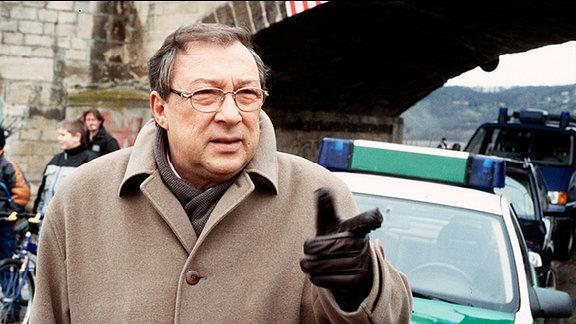 Hauptkommissar Schmuecke (Jaecki Schwarz) gibt am Tatort seine Anweisungen.
