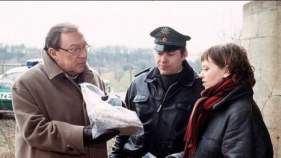 Schmücke (Jaecki Schwarz, li.), Frau Weigand (Marie Gruber) und Polizeiobermeister Weinschenk (Tom jahn).