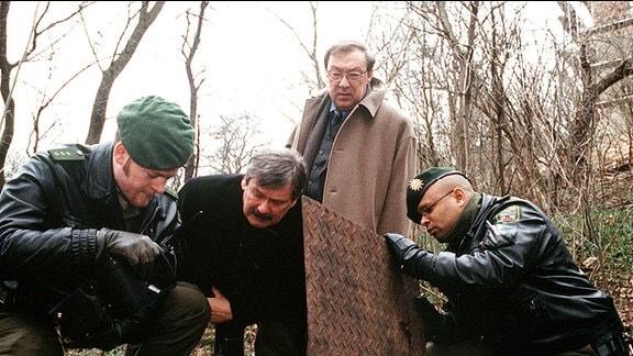Die Kommissar Schmücke (Jaecki Schwarz) und Schneider (Wolfgang Winkler) machen eine grausige Entdeckung.