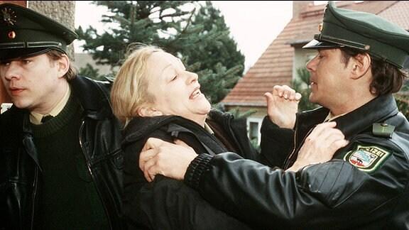 Frau Felger (Cornelia Lippert) versucht, die  Verhaftung ihres Sohnes durch die Polizisten Weinschenk (Tom Jahn) und Schweizer (Sven Martinek) zu verhindern.