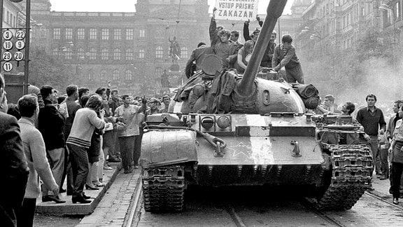 Sowjetische Panzer auf dem Prager Wenzelsplatz