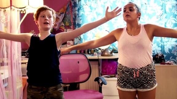 Ole trainiert mit der neuen Mitschülerin für den Karaokewettbewerb