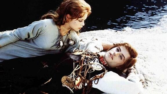 Die kleine Meerjungfrau (Miroslava Safrankova) rettet dem schönen Prinzen (Petr Svojtka) das Leben