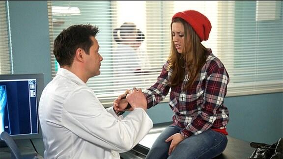 Dr. Philipp Brentano (Thomas Koch) verarztet Julia Weiß (Sarah Tkotsch). Die Verletzung hat sie sich zugezogen, als sie zuvor Brentano beim Autoanschieben vor der Klinik geholfen hat. Dr. Brentano will Julia wegen einer Verstauchung der Hand krankschreiben.