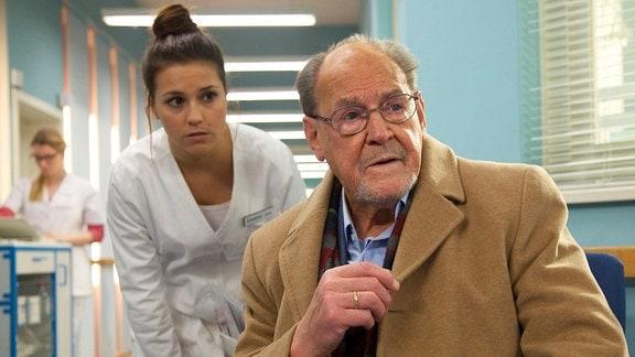 Gerhard Böhnisch (Herbert Köfer) sorgt sich um seine Frau Luisa. Ihr wird gerade nach jahrelangem Warten eine Spenderniere transplantiert.