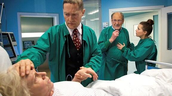 Udo Schenk als Dr. Rolf Kaminski, Angelika Bender als Patientin Luisa Böhnisch, Herbert Köfer als ihr Mann Gerhard und Sarah Tkotsch als Schwester Julia