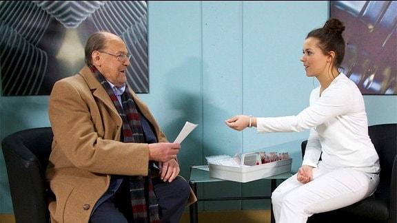 Gerhard Böhnisch (Herbert Köfer) gibt Schwester Julia (Sarah Tkotsch) einen Brief mit der Bitte, diesen am Nachmittag seiner Frau zu überreichen.