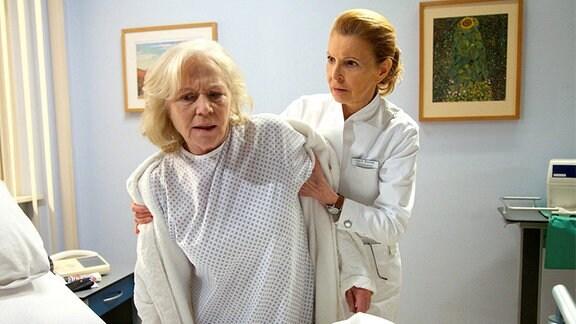 Oberschwester Ingrid (Jutta Kammann, re.) versucht die völlig aufgelöste Luisa Böhnisch (Angelika Bender, li.) zu beruhigen.