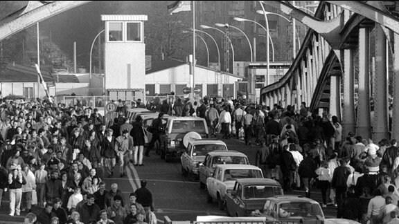 Nach 28 Jahren der Abriegelung der innerdeutschen Grenze öffnete die DDR am 9. November 1989 ihre Grenze nach Berlin (West) und zum übrigen Bundesgebiet. Der Grenzuebergang Bornholmer Strasse am 11. Nov.89.