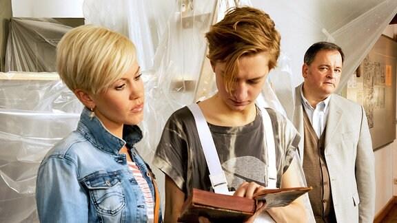 Klara und Tobias Mutzke werden von Olaf Gründler im Heimatkundemuseum entdeckt.