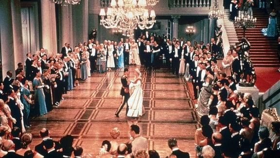 Prinz Paul (Ivan Desny) macht Anastasia (Ingrid Bergman) einen Heiratsantrag, um an ihre Erbschaft zu kommen.