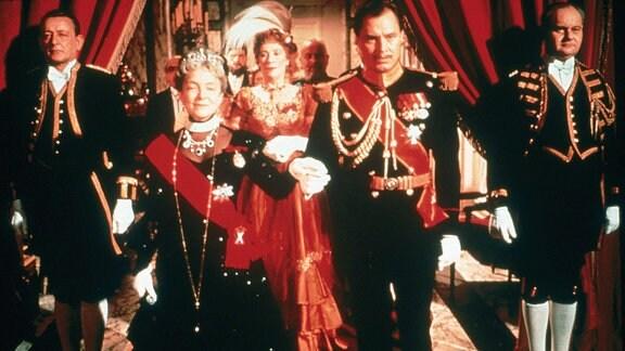 Auf einem großen Ball will die Zarenmutter (Helen Hayes, links) die Verlobung von Prinz Paul (Ivan Desny, Mitte) mit ihrer Enkelin bekanntgeben.