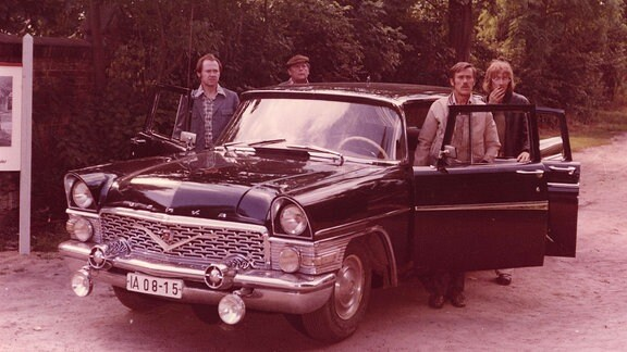 Vier Männer steigen aus einem Auto