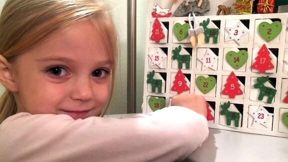 Ein Mädchen mit einem Adventskalender