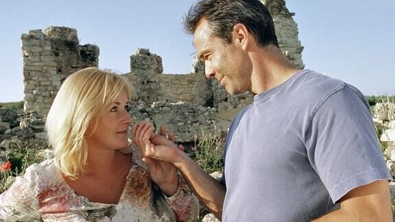 Tobi (Hannes Jaenicke) und Nora (Petra Kleinert) kommen einander langsam näher.