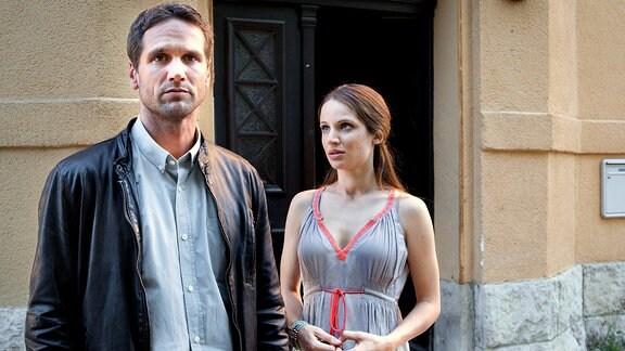 Lukas Hundt (Oliver Franck, l.) hat ein vielversprechendes Date mit Lisa Brink (Nora Huetz, r.), das allerdings abrupt endet.