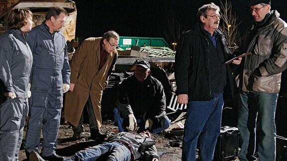 Kurz darauf wird Matthias Noacks Leiche erschlagen auf einem Schrottplatz gefunden. Schmücke (Jaecki Schwarz, 3. von links ) und Schneider (Wolfgang Winkler, 2. von rechts) holen erste Informationen ein.