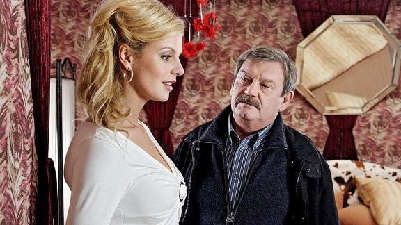 Den weiblichen Reizen von Carmen (Anja Nejarri) kann sich auch Schneider (Wolfgang Winkler) während der Befragung nur schwer entziehen. Er ist trotzdem erfolgreich.