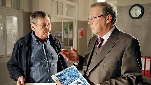 Schmücke (Jaecki Schwarz, rechts) und Schneider (Wolfgang Winkler, links) diskutieren den Mordfall. Können die Bilder eines Kindes sie auf die richtige Spur bringen?