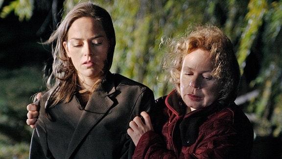 Gudrun Noack (Renate Krößner, rechts) tröstet ihre Schwiegertochter Karin (Janina Flieger, links)