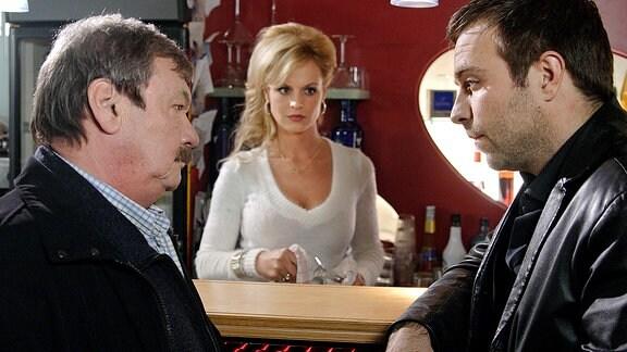 Schneider (Wolfgang Winkler, links) befragt den zwielichtigen Barbesitzer Henry Borst (Aleksandar Jovanovic, rechts) und seine Freundin Carmen (Anja Nejarri, Mitte).