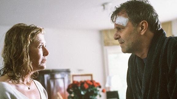 Barbara (Jutta Speidel) und Johannes (Peter Sattmann) schauen sich wütend in die Augen.