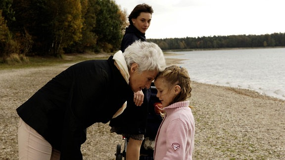 Angelika (Christiane Paul) sagt Maria (Nicole Heesters) nichts von den Problemen mit Harald. Maria mit Enkelin Nina