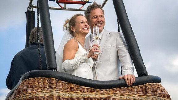 Frisch vermählt genießen Malte (Andreas Brucker, r.) und Susanne Kröning (Christine Kutschera, l.) die Fahrt im Heißluftballon.