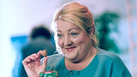Margarete mit einem Keks in der Hand