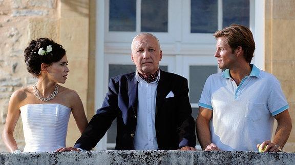 Bernard (François Berléand, Mitte) hat sich als Vater von Chloé (Olivia Ruiz) geoutet. Links ihr zukünftiger Mann Stephen (Jamie Bamber).