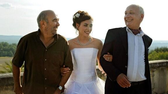 Die Braut Chloé (Olivia Ruiz) mit ihren Vätern Gustave (Gérard Jugnot, l.) und Bernard (François Berléand).