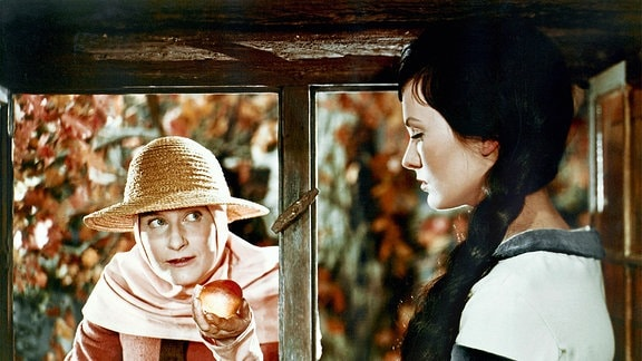 Die verkleidete böse Stiefmutter (Marianne Christine Schilling) bietet Schneewittchen (Doris Weilkow) einen vergifteten Apfel an.