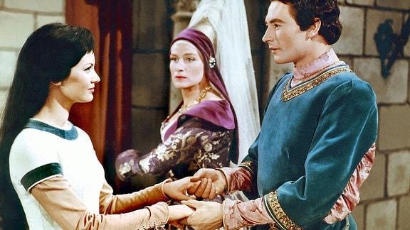 Auch wenn es der bösen Stiefmutter (Marianne Christine Schilling) nicht gefällt, wird der Prinz (Wolf-Dieter Panse) Schneewittchen (Doris Weilkow) zu seiner Frau erwählen.