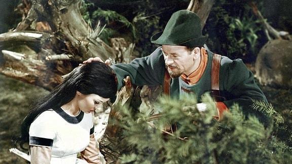 Der Jäger (Harry Hindemith) hat Mitleid mit Schneewittchen (Doris Weilkow).