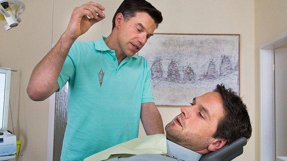 Lukas Hundt (Oliver Franck, r.) hat heftige Zahnschmerzen und panische Angst vorm Zahnarzt. Kollegin Katzer schickt ihn zu Dr. Achim Lehmann (Johannes Brandrup, r.), der bei Angstpatienten mit Hypnose arbeitet.