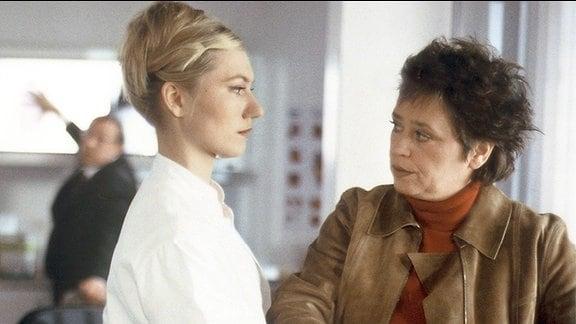 Dr. Julia Knabe (Johanna Christine Gehlen, links) wird des Mordes verdächtigt. Rosamunde Weigand (Marie Gruber) nimmt ihre Fingerabdrücke
