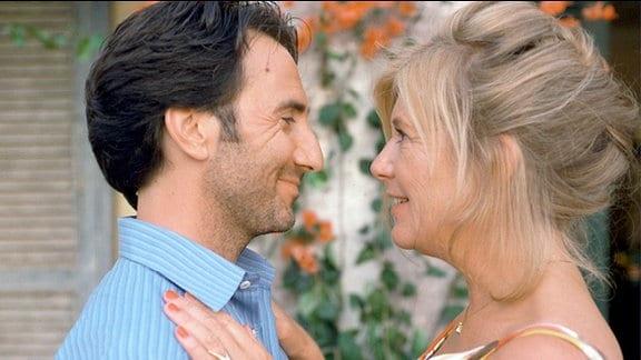 Barbara (Jutta Speidel) und Enrico (Bruno Maccallini) blicken sich verliebt in die Augen.