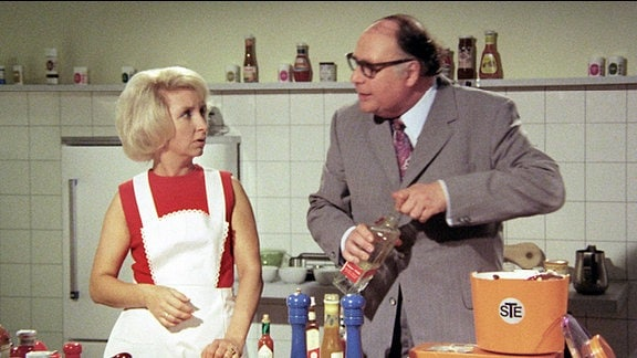 Im Studio der Fernsehköchin Elsetraut Knöpfke (Edith Hancke) richtet der Vertreter Willi Winzig (Heinz Erhardt) ein heilloses Durcheinander an