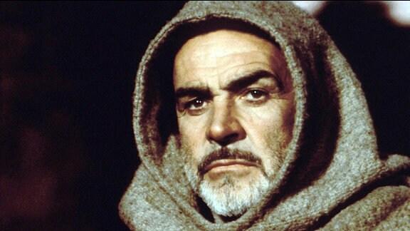 Mit wachem Verstand geht der Franziskanerpater William von Baskerville (Sean Connery) einer Mordserie auf den Grund.