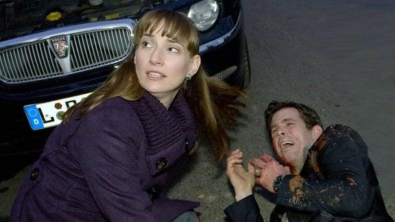 Bernd Sauer (Steffen Groth) will seine Frau Eva (Julia Bähre) von ihrer neuen Therapeutin Christina Buchmann abholen. Als das Auto qualmt und Bernd nachschauen will, explodiert die Batterie.