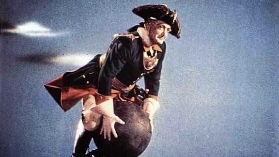 Hans Albers als Baron Münchhausen fliegt auf einer Kanonenkugel