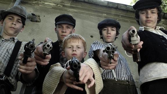 Bande Halbwüchsiger mit Pistolen