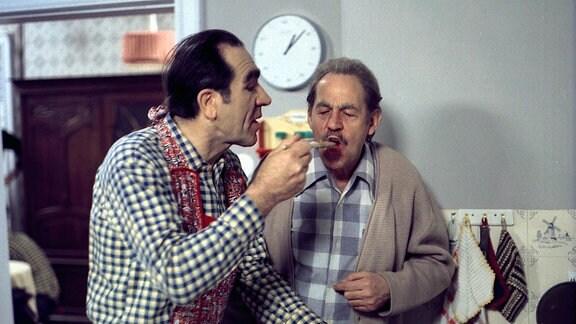 Jochen Thomas (Fritz Göhler) (li), Herbert Köfer (Rentner Paul Schmidt, 'Opa Paul')
