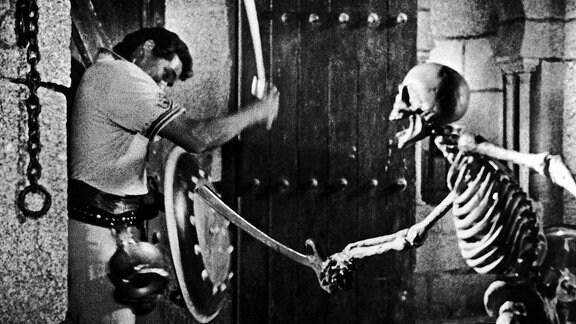 """Filmszene aus """"Sindbads siebente Reise: Sindbad kämpft gegen ein fechtendes Skelett."""