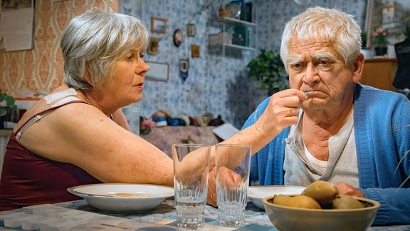 In einem Moment der einsamen Zweisamkeit versucht Margret (Liane Düsterhöft) vergeblich ihrem Mann Helmut (Dietmar Obst) seine Medikamente zu geben.