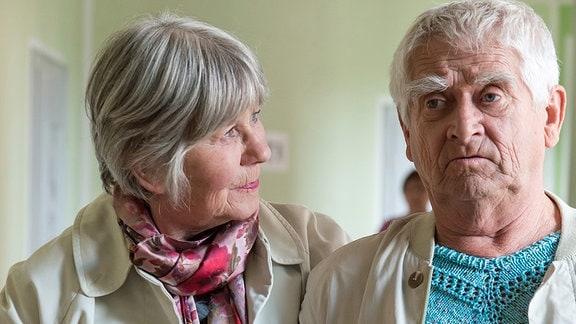 Margret (Liane Düsterhöft) und Helmut (Dietmar Obst) besichtigen ein Pflegeheim.