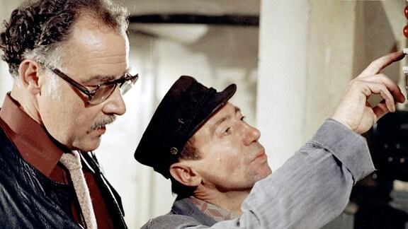 """Szene aus dem Ploizeiruf """"Auftrag per Piost"""": Lutz Stückrath als Klaus Ahnert (r.) und Werner Brühne als Fritz Unruh."""